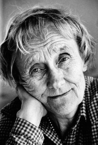 """ARKIV 1987 - En leende Astrid Lindgren fotograferad av Jacob Forsell i Astrids sommarhus i Furusund.. Bilden blev senare minnesfrimärke. Bilden publicerad i boken """"Bilder som förändrat Sverige"""" - en berättelse om Expressens bildjournalistik 1944-2004. Foto: Jacob Forsell Kod: 14 COPYRIGHT PRESSENS BILD"""