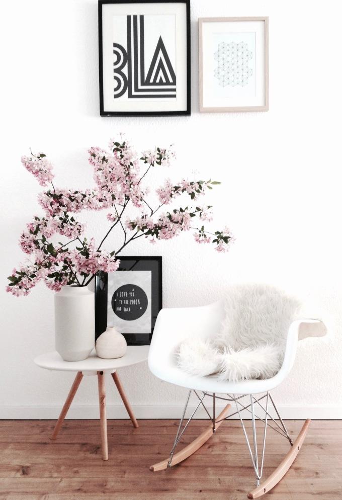 Scandistil mit Eames Schaukelstuhl und Kirschblütenzweigen