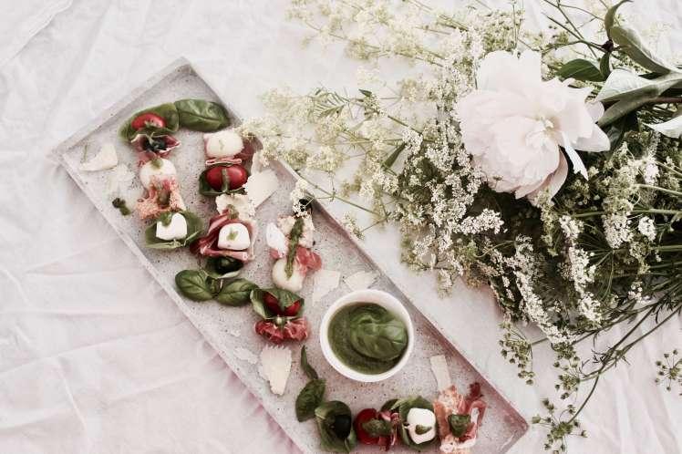 Rezept für einen schnellen Sommersnack ° Antipasti-Spieße mit Basilikumpesto für's Buffet eurer Sommerparty oder als Appetizer