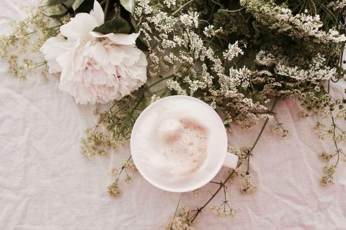 Kaffee ° weiße Pfingstrosen ° Blumenfotografie