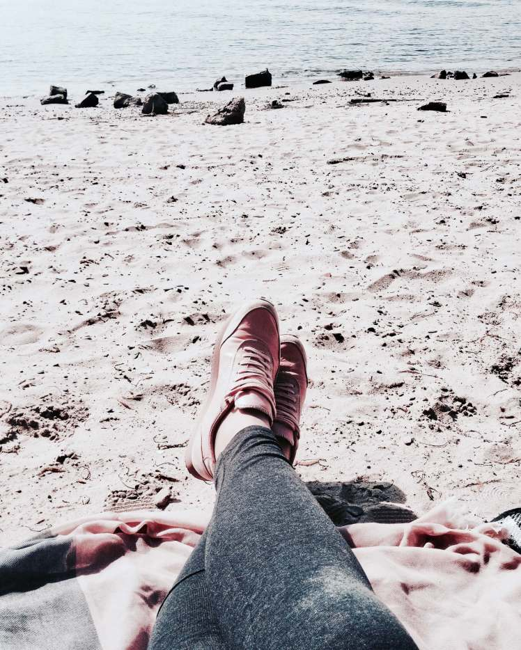Relaxen am Strand in rosa Sneakers