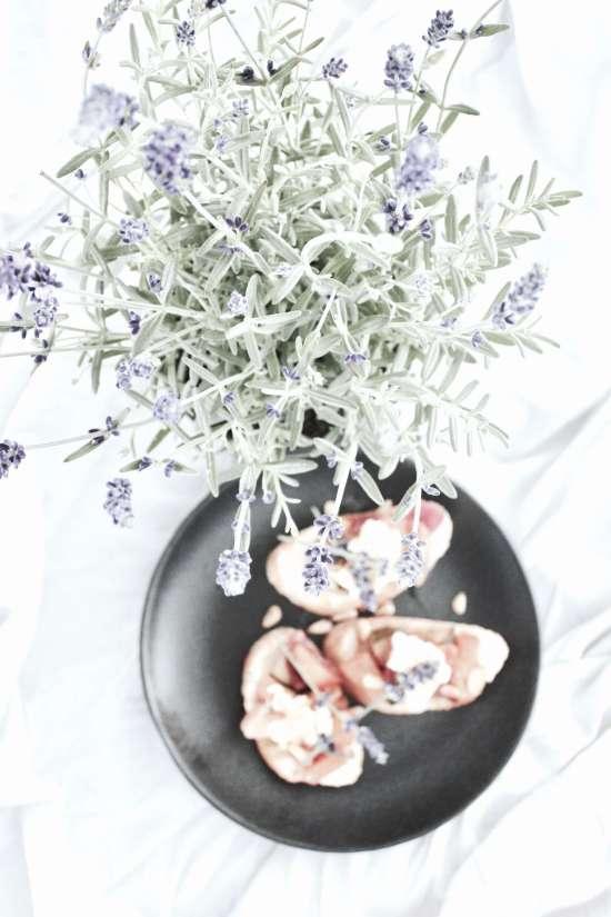 Schnelles Sommer-Rezept für einfache Crostini mit Nektarinen-Zucchini-Chutney und Mozzarella