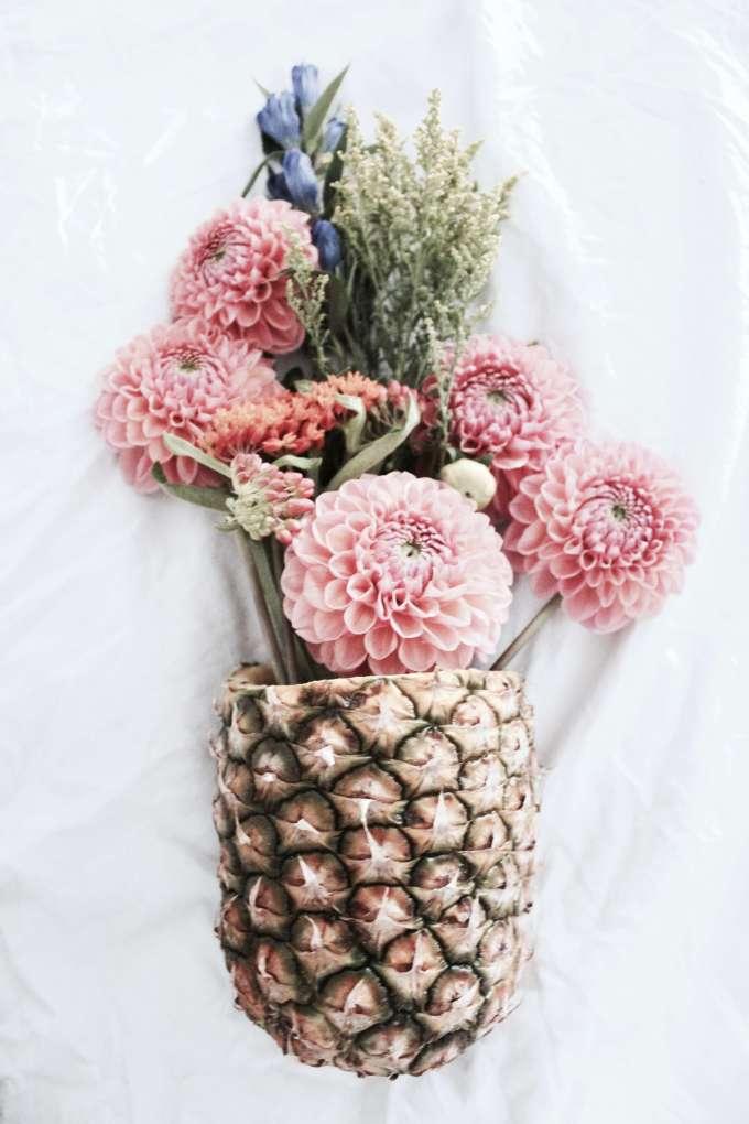DIY - Blumendekoration in einer selbstgemachten Vase aus Ananas