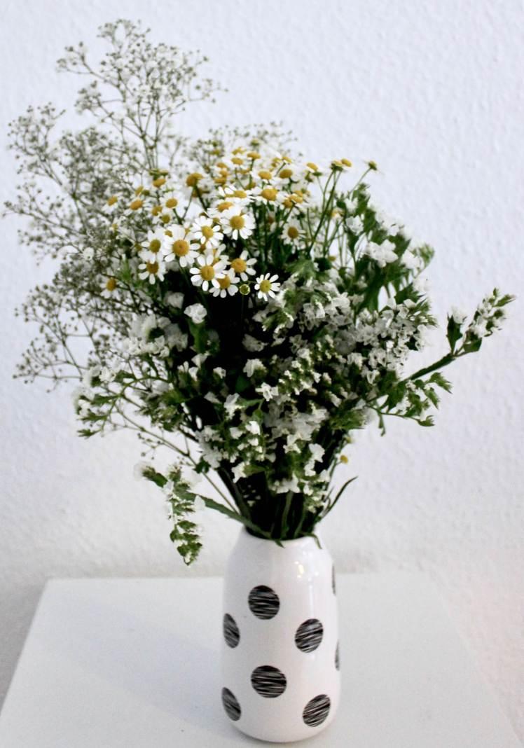 DIY Blumenstrauß selber machen: Strandflieder mit Kamille und Schleierkraut
