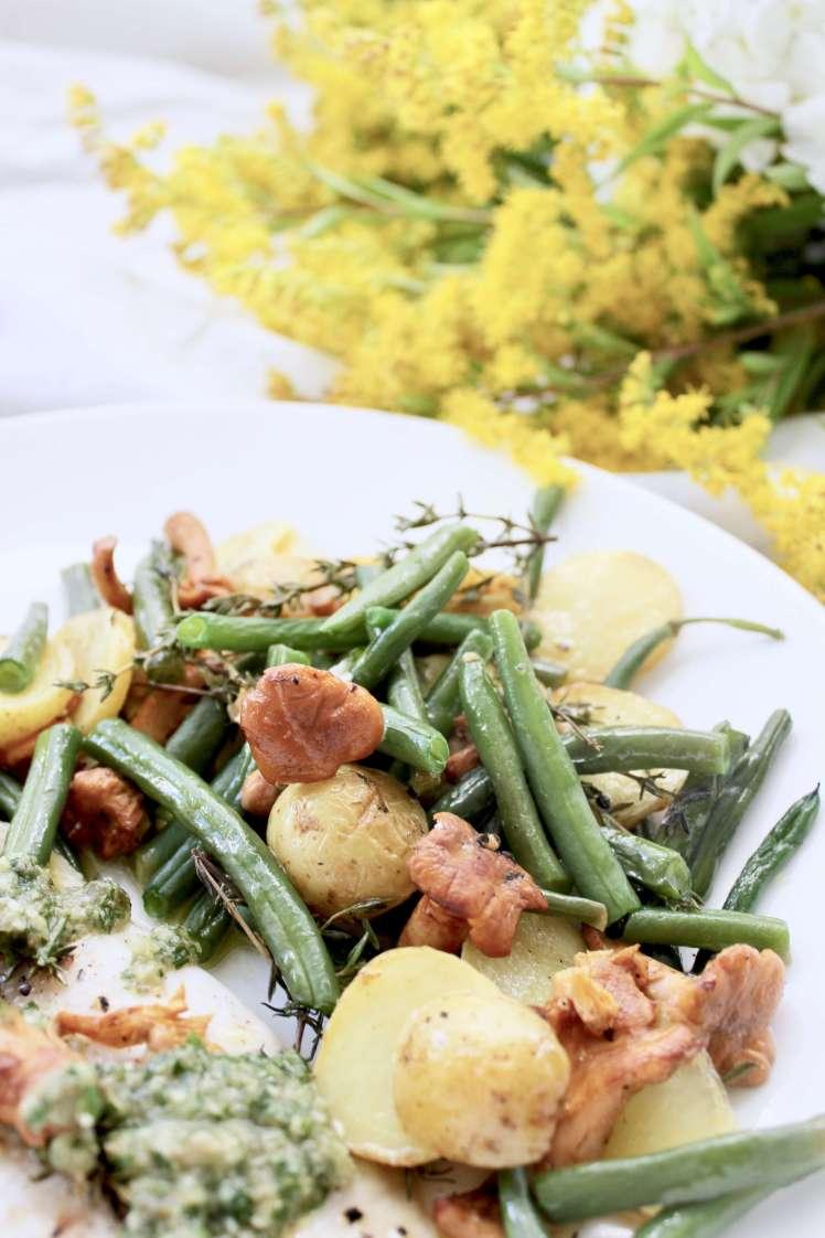 DIY: Rezept für im Ofengebratenen Fisch mit Bohnen, Kartoffeln, Pfifferlingen & Salsa Verde