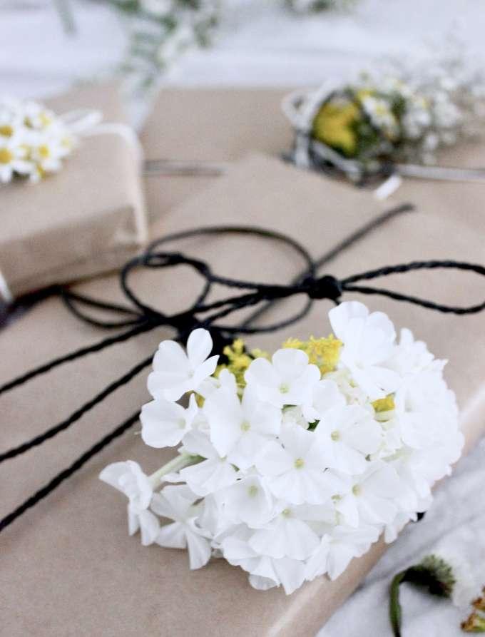 DIY Inspiration: Geschenkverpackung mit frischen Blumen selber machen