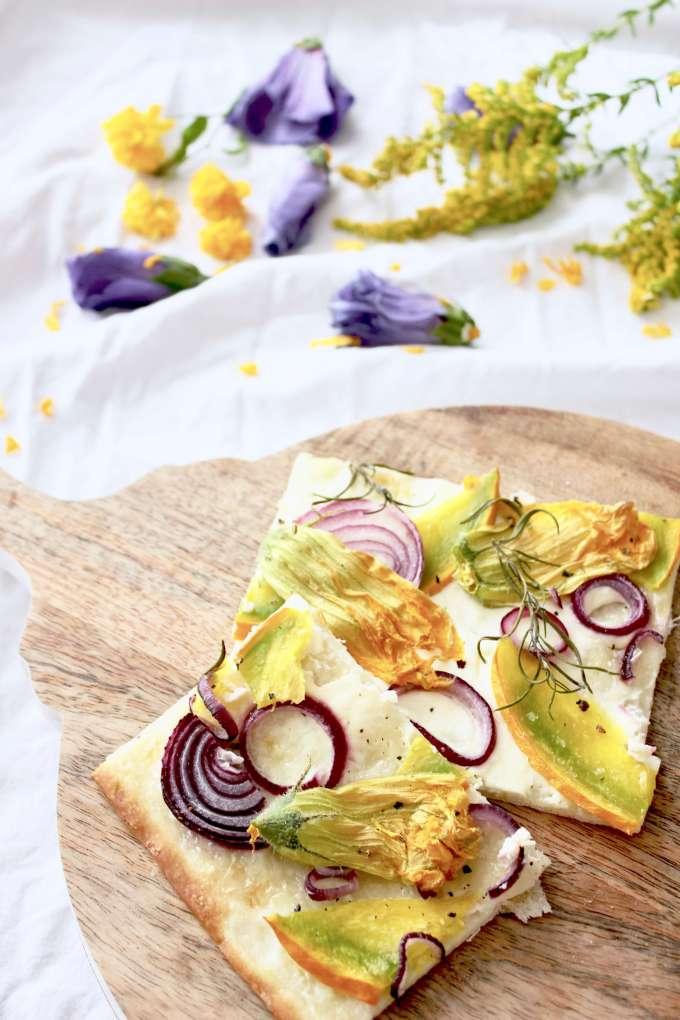 Einfaches Rezept für schnellen vegetarischen Flammkuchen mit Kürbis