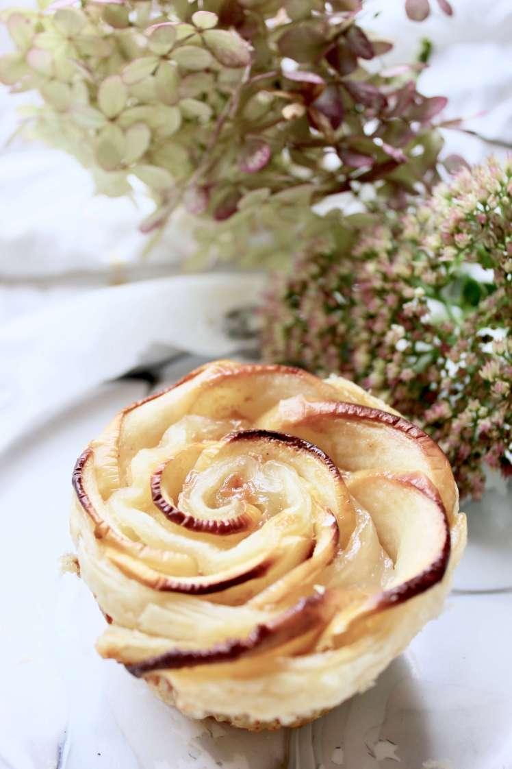 Apfelkuchen auf dem Foodblog: Einfaches Rezept für Apfelrosen im Blätterteig mit Chai-Karamell