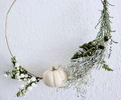 DIY-Herbstdeko für das Wohnzimmer oder die Haustür draußen mit Material aus der Natur und einem weißen Kürbis