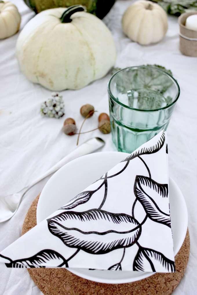DIY: Einfache Tischdekoration für den Herbst mit Kürbis und Dekoration aus der Natur