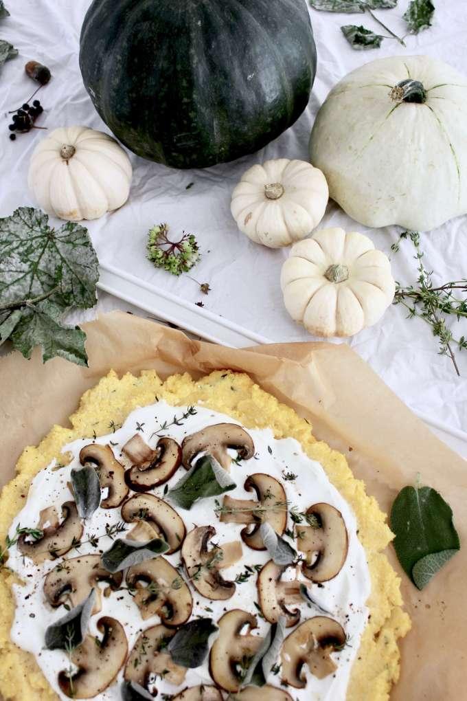 Einfaches DIY-Rezept: Pizza aus Polenta mit Pilzen selber machen