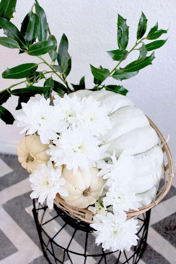 Herbst-DIY-Deko aus Blumen: Astern mit Kürbis