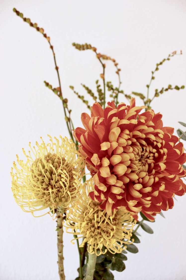 DIY aus Blumen: Herbstlicher Blumenstrauß mit Eukalyptus