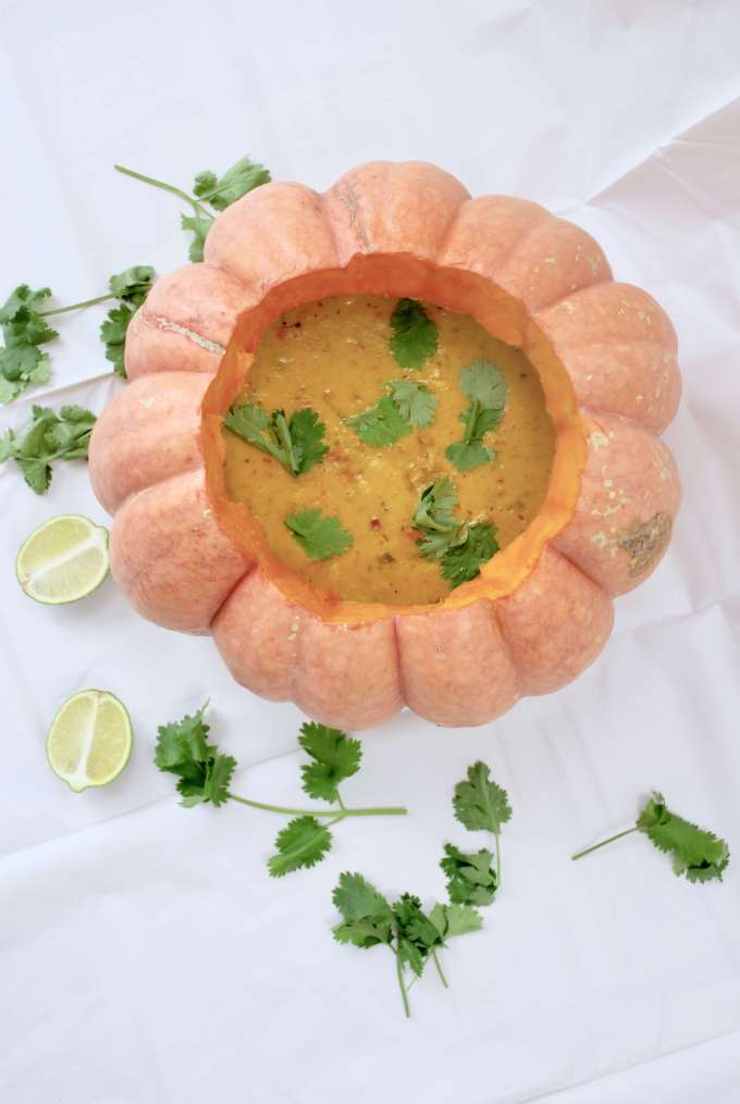 DIY-Rezept für die beste asiatische Kokosmilch-Kürbissuppe mit Einlageund Ingwer im Kürbis