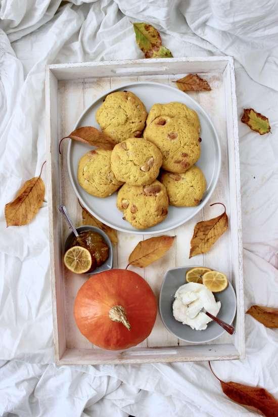 Einfaches DIY-Rezept für Kürbis-Scones mit Macadamias und weißer Schokolade