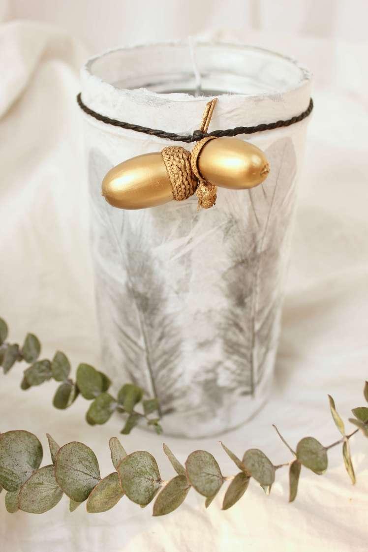 DIY Deko: Windlicht aus Glas basteln und Eicheln bemalen