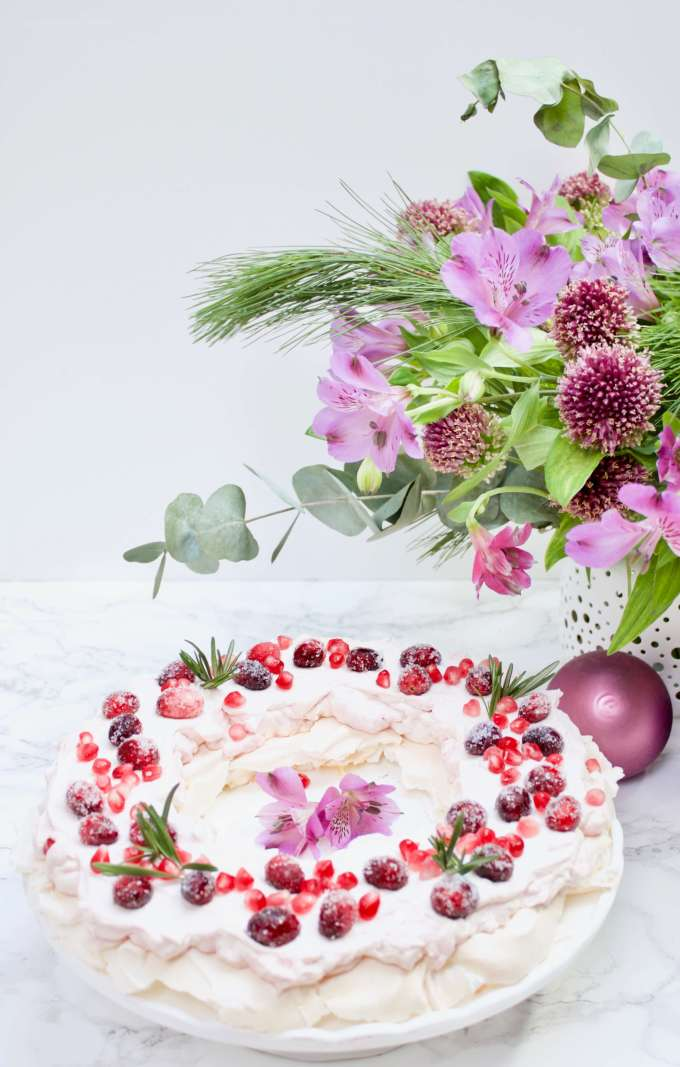 Leckeres Rezept für Weihnachten: Pavlova mit Cranberries und Granatapfelkernen auf Deutsch