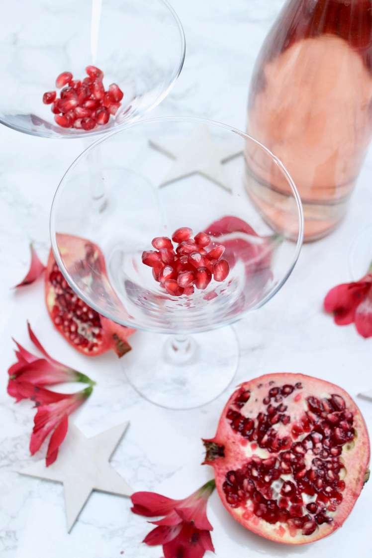 Du magst schnelle Rezepte? Ein Sekt-Cocktail mit Gin und Granatapfel. Auf deutsch.