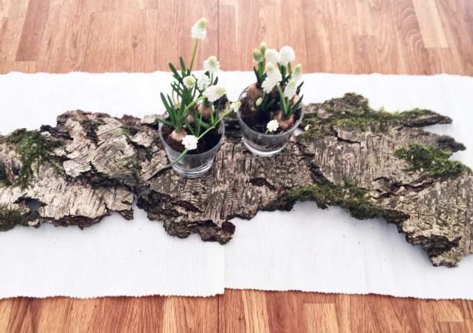 Tisch-Dekoration aus der Natur für den Frühling oder Ostern basteln mit Moos, Holz, Eier und Blumen im Glas