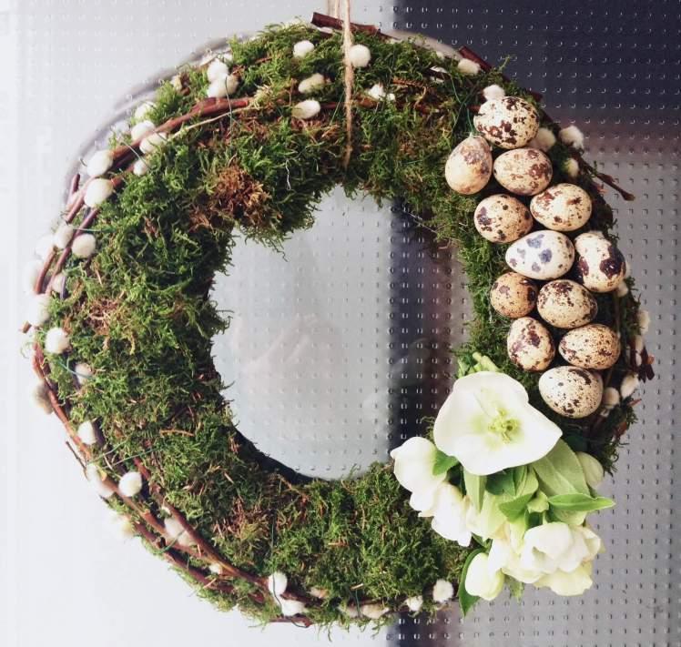 kranz f r die haust r f r ostern selber machen dekoration aus der natur mit moos und zweigen. Black Bedroom Furniture Sets. Home Design Ideas