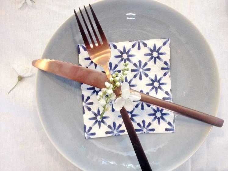 Tischdeko für den Frühling mit Blumen und DIY Ostereier natürlich färben mit Rotkohl