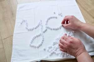 DIY Kissen selber machen ohne Nähen mit schöner Schrift aus PomPoms