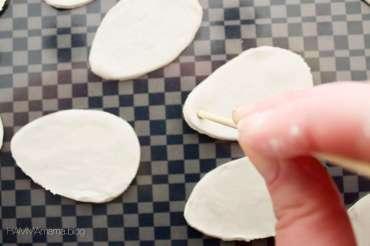 DIY-Idee für skandinavische Oster-Deko: Ostereier zum Aufhängen aus Fimo selber machen