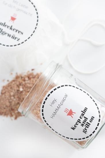 Grillgewürz selber machen: Geschenkidee zum Grillen am Vatertag mit Spruch-Etiketten zum Ausdrucken