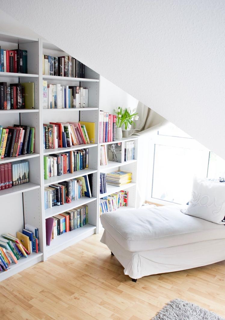 Skandinavisch Wohnen mit Boho-Ethno-Wandgestaltung im Schlafzimmer mit Dachschräge und Familienbett