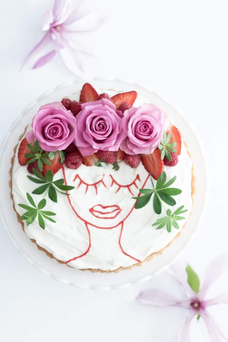 Rezept für Erdbeertorte zum Geburtstag oder Muttertag mit Frau-Motiv aus Obst dekorieren