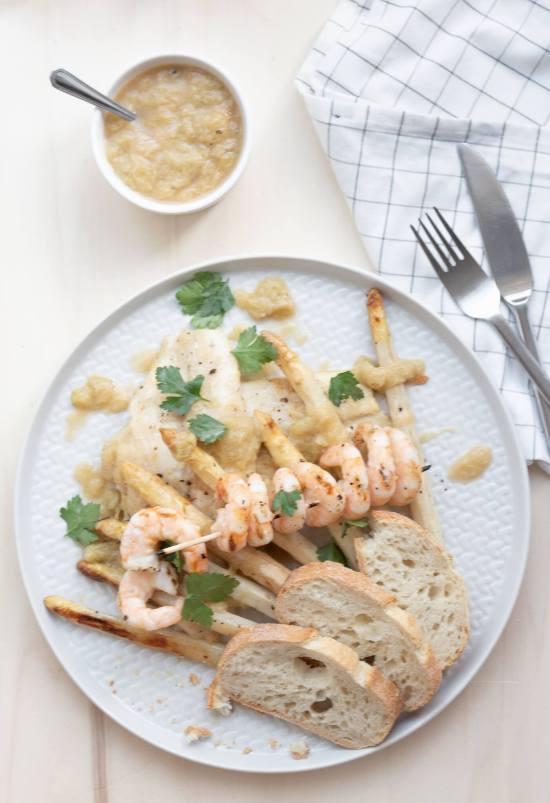 Weißen Spargel grillen mit Fisch und Rhabarber-Chilli-Kompott