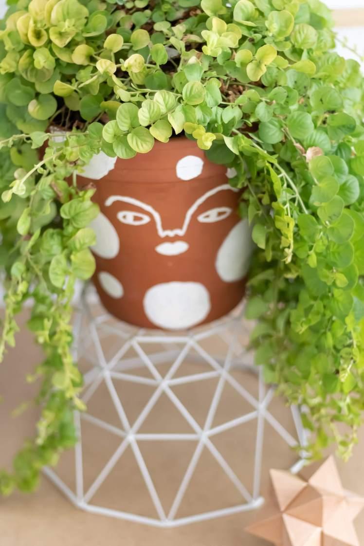 DIY Blumentopf im Ethno-Stil gestalten und mit Gesicht bemalen