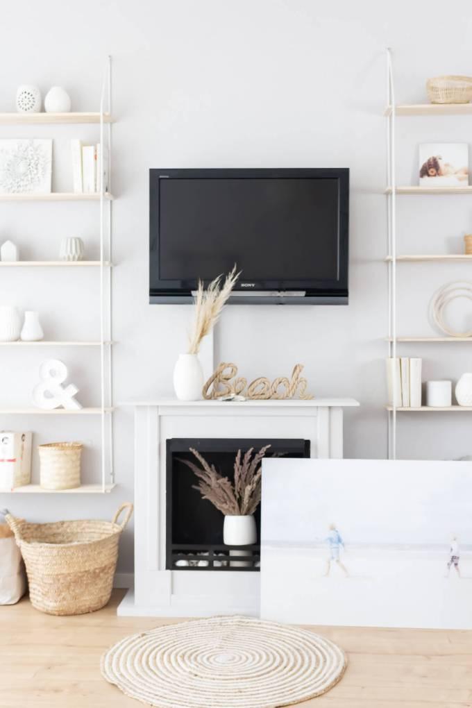 Fernseher im Wohnzimmer mit einem Bild von posterXXL verstecken