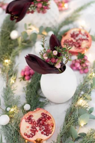 Festliche Tischdekoration für Weihnachten oder eine Winter-Hochzeit aus der Natur in Altrosa