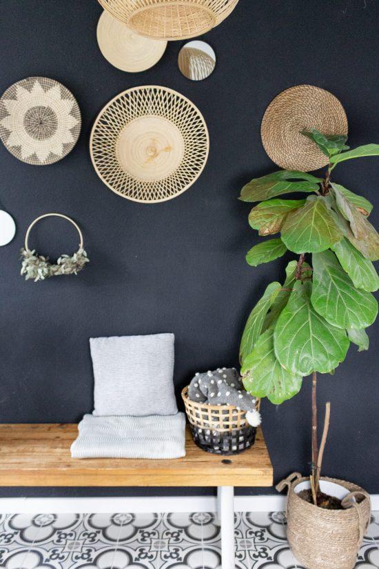 Idee für schmalen Flur mit Sitzbank und Deko und Wandgestaltung im Boho-Ethno-Stil