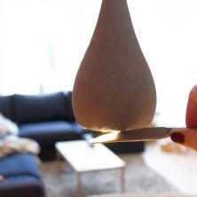 DIY Lampe in Beton-Optik und mit Holzstamm für den Esstisch und das Esszimmer selber machen