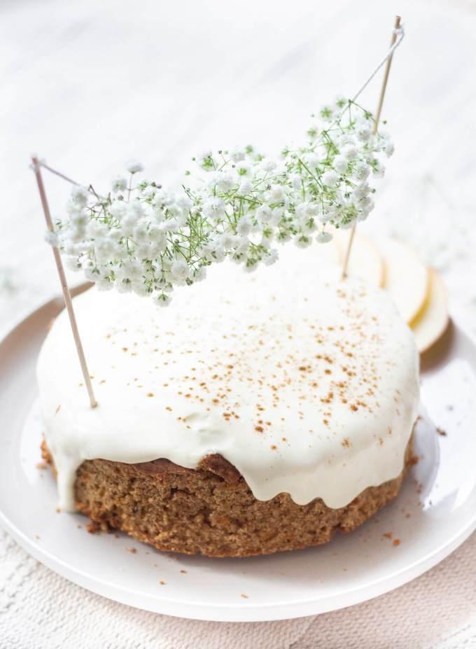 Möhren-Apfel-Kuchen gesund und lecker ohne Zucker mit Blumengirlande als Cake Topper