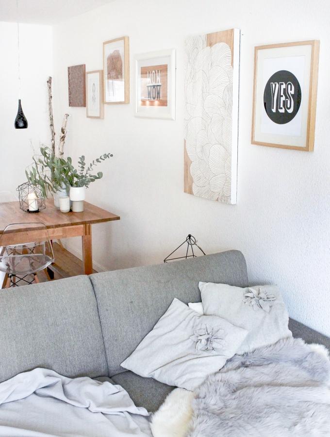 Interior Ideen: Skandinavisch Wohnen in grau in Wohnzimmer und Esszimmer und Bilder als Deko