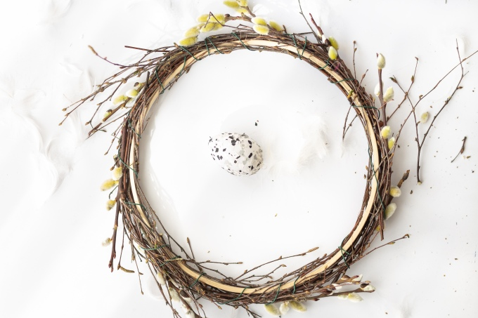 Osterkranz aus der Natur basteln - schlicht mit Weide, Federn und Ei