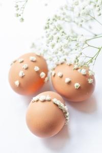 Ostereier gestalten mit Mustern aus Blumen